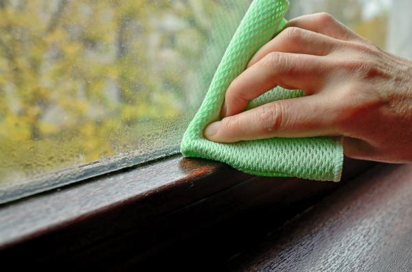 Feuchtigkeit kann in der Wohnung ueberall auftreten