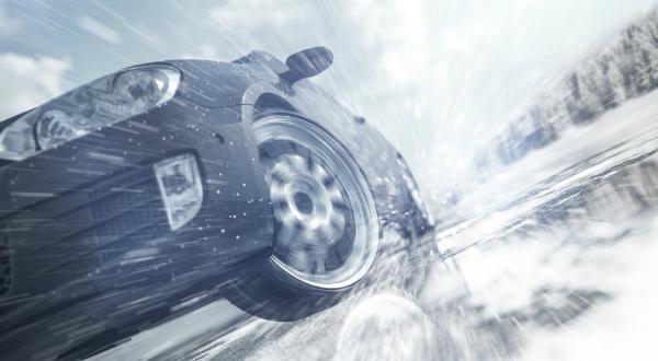 Im Winter setzen sich Eis und Schnee am Fahrzeug fest