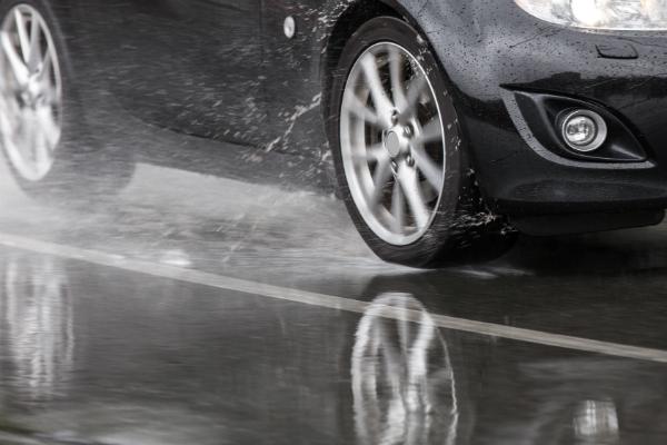Nicht selten faehrt man mit dem Auto durch regnerisches Wetter