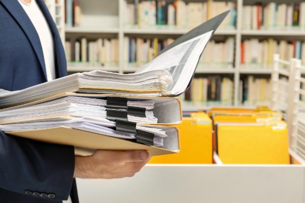 Mann sucht nach Dokumenten im Archiv