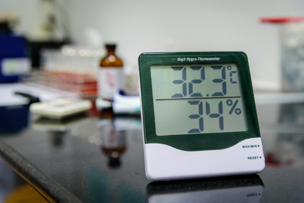Digitales Hygrometer in einem Labor