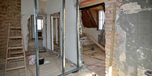 Falsche Dämmung und ungeeignete Fenster können beim Renovieren nachwirkend fatal sein