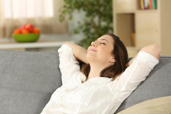 Frau entspannt auf der Couch
