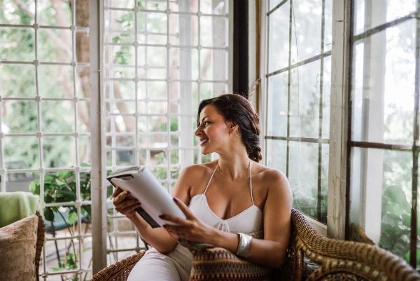 Mit einem Buch im Wintergarten relaxen