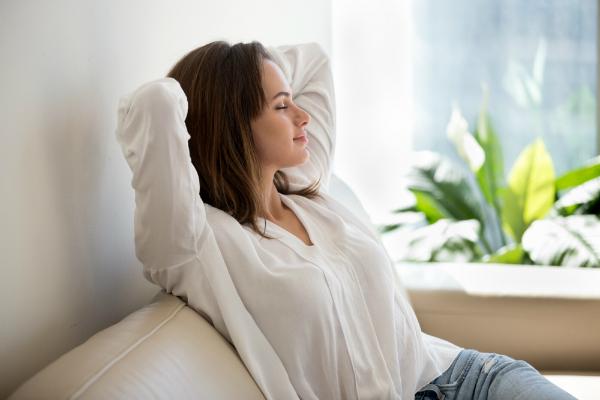Relaxte Frau entspannt auf der Couch