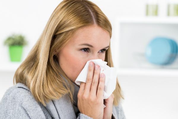 Auf die Raumluft allergisch reagierende Frau