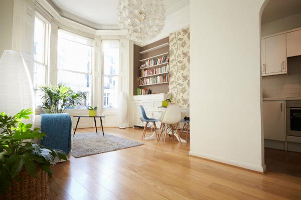 Offener Wohnbereich in moderner Wohnung