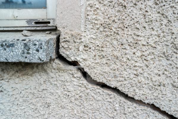 Ein Riss an der Außenwand eines Hauses