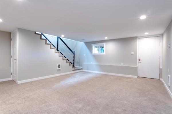 Heller geraeumiger Kellerraum mit Treppe