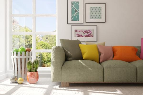 Stilvoller mit Sofa- und Sommerlandschaft im Fenster