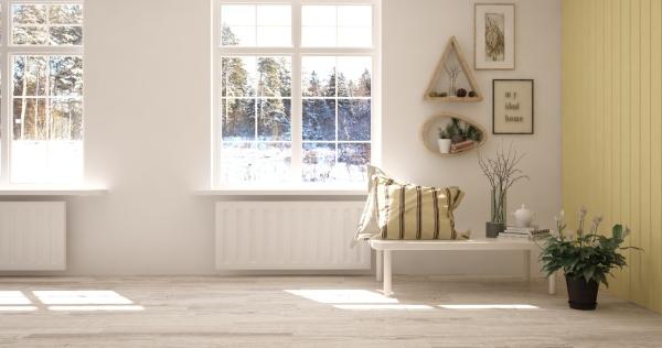 Weisser Raum mit Winterlandschaft im Fenster