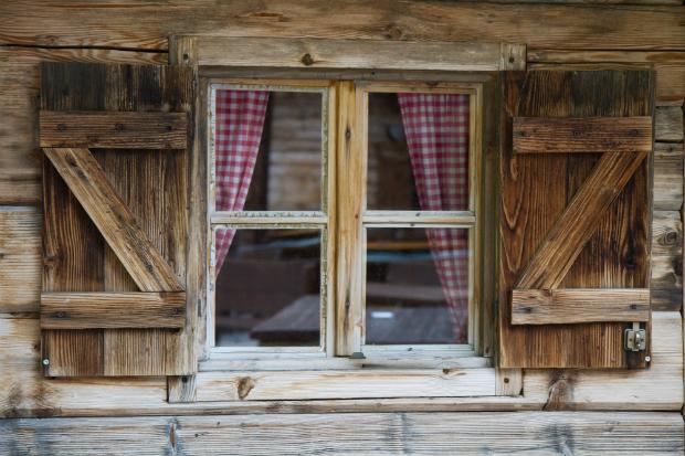 Alte Holzschutzmittel können ein Auslöser für Gerüche sein