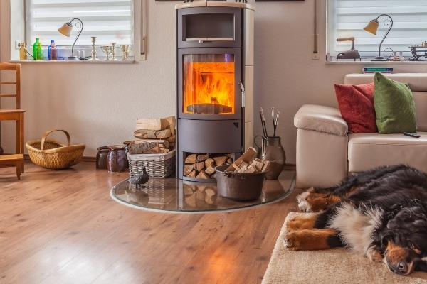 Brennender Kamin im Wohnzimmer