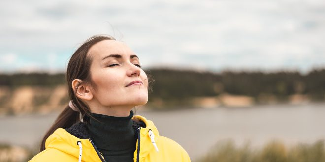 Frau atmet reine Luft