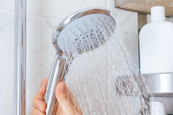 Laufende Dusche mit warmem Wasser Feuchtraum