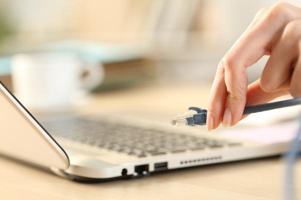 ethernet-kabel-laptop-smarter-luftbefeuchter
