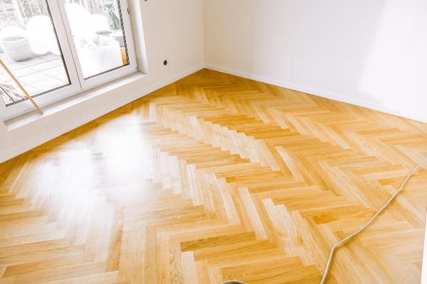 Leerer Raum mit frisch geoeltem Parkettboden Luftfeuchtigkeit und Parkett