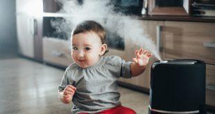 Kleinkind neben einem Luftbefeuchter