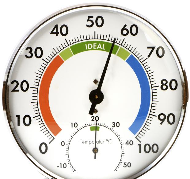 Hygrometer zeigt 57% - mit Luftbefeuchtern für Wohnzimmer verhindert man zu trockene Luft