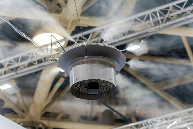 Professioneller Luftbefeuchter in Industriehalle