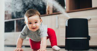 Baby neben einem Luftbefeuchter