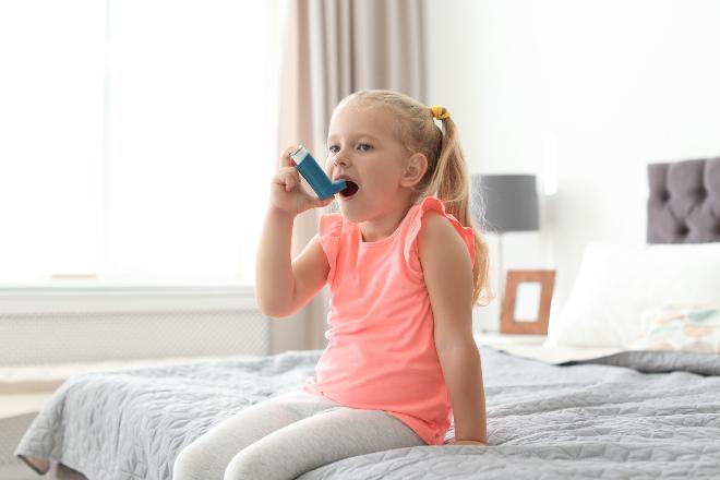 Kind mit Asthma Spray