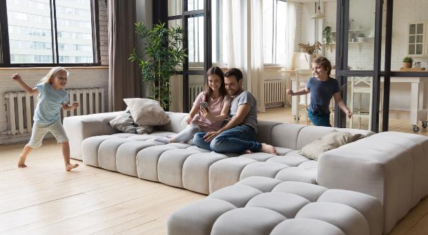 Junge Familie - Luftbefeuchter für Wohnzimmer sorgen für gutes Raumklima