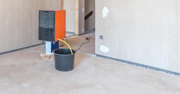Professioneller Bautrockner im Rohnbau, um Schimmel im Neubau zu verhindern