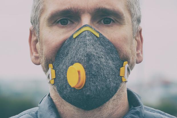 Man mit Atemschutzmaske