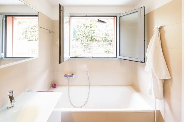 Bad mit offenem Fenster - Luftfeuchtigkeit im Bad vermeiden