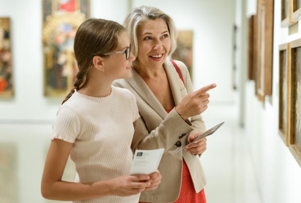 Dame und Mädchen in einer Gemälde Gallerie - Sachgemäß Kunst lagern in Ausstellungen