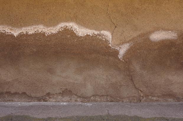 Salzausblühungen an Wand