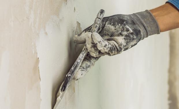 Mann verputzt Wand - Sanierputz zur Bekämpfung von Salzausblühungen