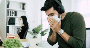 Mann niest -Luftfeuchtigkeit und Gesundheitsschutz