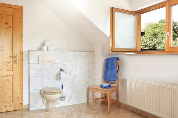 Badezimmer mit offenem Fenster