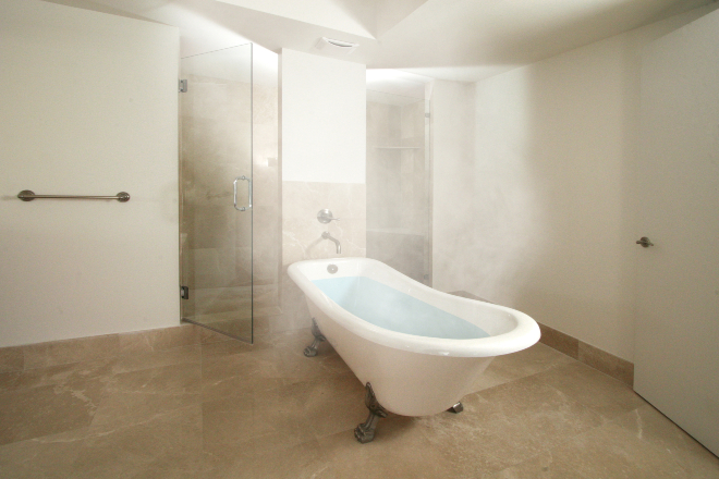 Badewanne mit viel Wasserdampf - Raumentfeuchtung im Bad ist wichtig