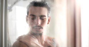 Mann duscht - Raumentfeuchtung im Bad