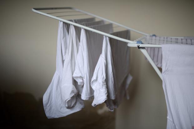 weiße Kleidung auf Wäscheständer