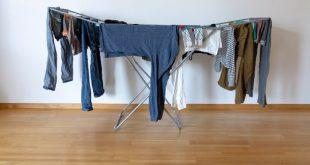 Kleidung in der Wohnung trocknen auf Wäscheständer