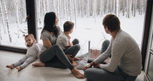 Familie sitz im Winter am Fenster