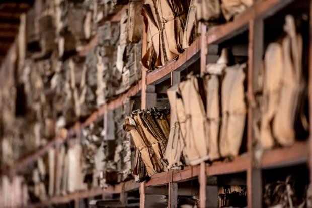 Historische Dokumente in einem Archiv - Luftfeuchtigkeit im Archiv