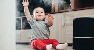 Kleinkind mit Raumbefeuchter