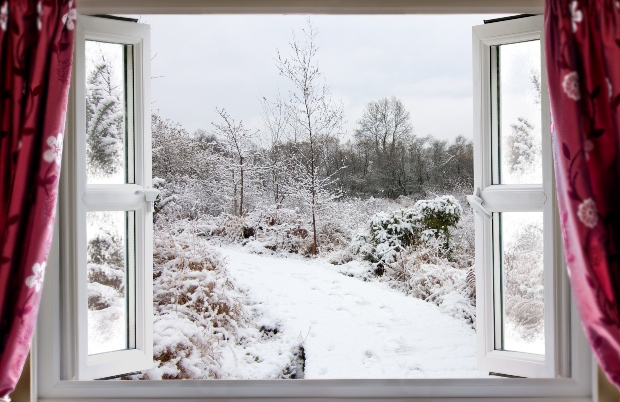 Offenes Fenster im Winter