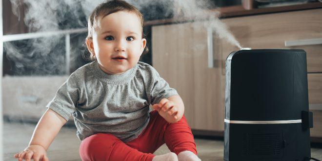 Kind-neben-einem-Luftbefeuchter